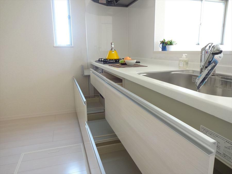 使いやすいキッチンは、奥様必見です!お子様の笑顔を見ながら楽しいお料理や家事ができる理想的な設計です。