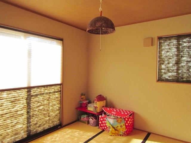リビングから続く和室。 障子ブラインドで陽光が調整できます。