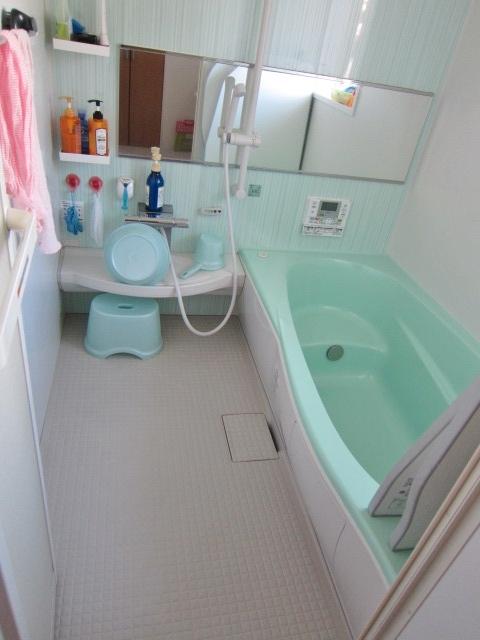 大きな鏡のある浴室。