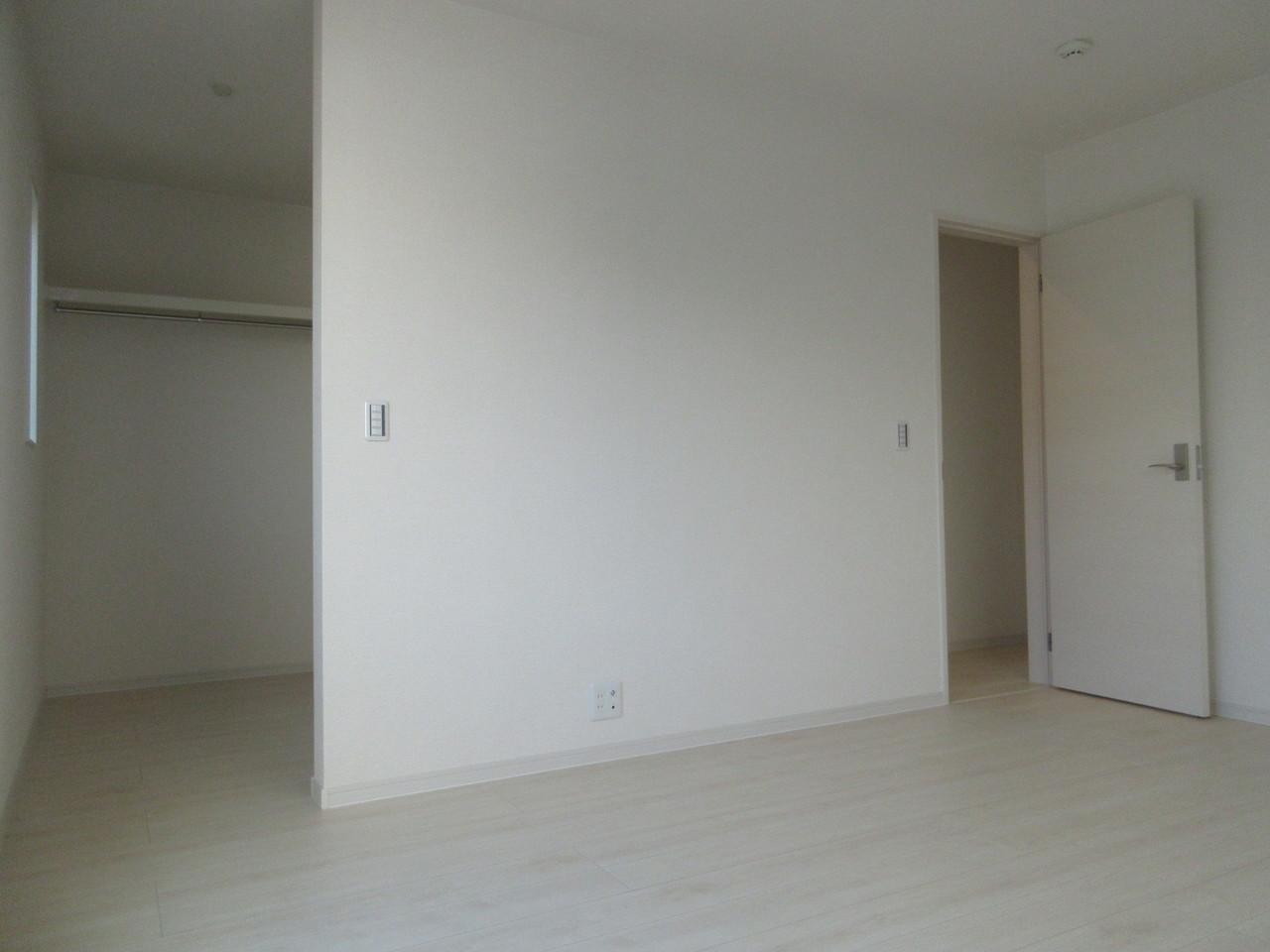 大きなウォークインを備え付けた2階の洋室