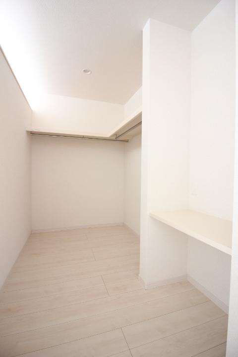 ウォークインクローゼット 天井まで仕切り壁もないセミクローズタイプの ウォークインクローゼットは、扉もないので 圧迫感もありません。 リーブルガーデン同仕様写真