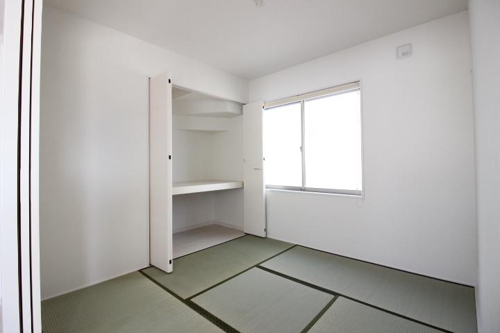 リビング横の畳コーナー。多目的に使える寛ぎのスペースです。
