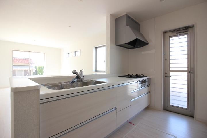 システムキッチン 耐久性があり、清掃性にも優れた 人造大理石カウンター 幅2550mm 3口ガスコンロ リーブルガーデン同仕様写真
