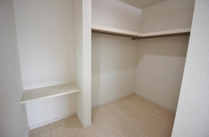 ウォークインクローゼット 天井まで仕切り壁もないセミクローズタイプのウォークインクローゼットは、扉もないので圧迫感もありません。 リーブルガーデン同仕様写真