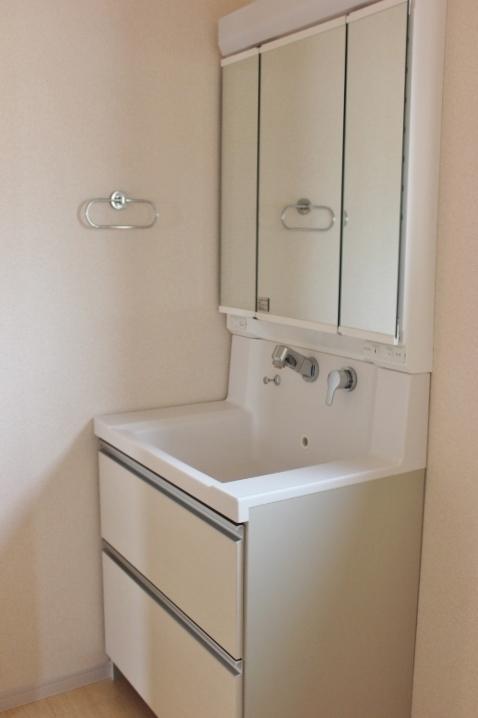 シャンプードレッサー 洗髪もできる幅750mmの洗面化粧台。機能的でお手入れがしやすい一体型ボウル三面鏡の内側は収納になっています。 リーブルガーデン同仕様写真