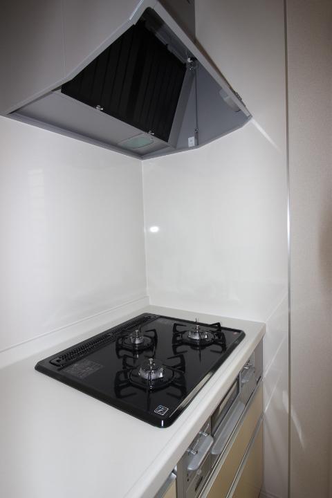 システムキッチン・ガスコンロ 3口ガスコンロは、全てに温度センサーもついているので安心 シロッコファンのレンジフードは静音仕様です。