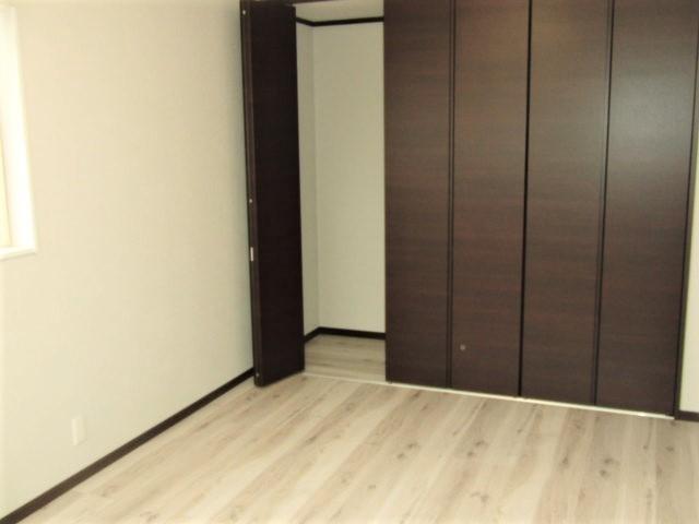 7.5畳の主寝室は一面クローゼットになってます。