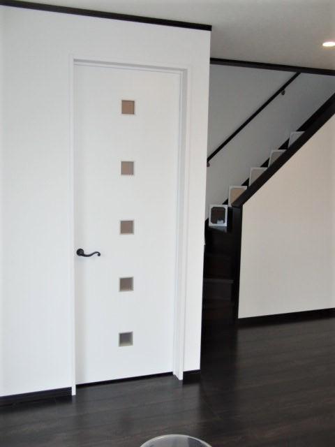 17畳の開放的なリビング 1Fはシックな色調の床です