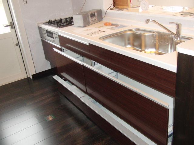 人工大理石のキッチン天板と ステンレスシンクの使いやすい組み合わせ