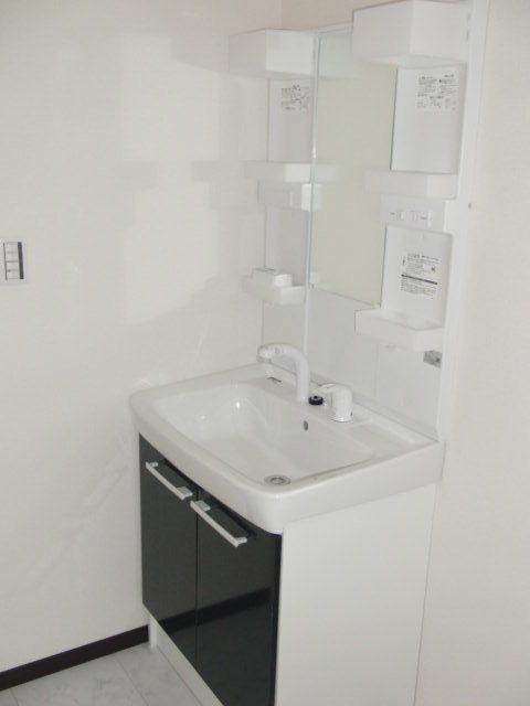 建具と同系の色調の洗面台でシックに仕上がってます