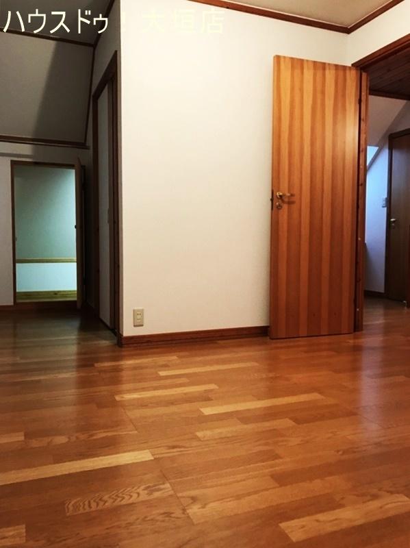 書斎付の洋室。奥の扉は屋根裏収納への出入り口です。