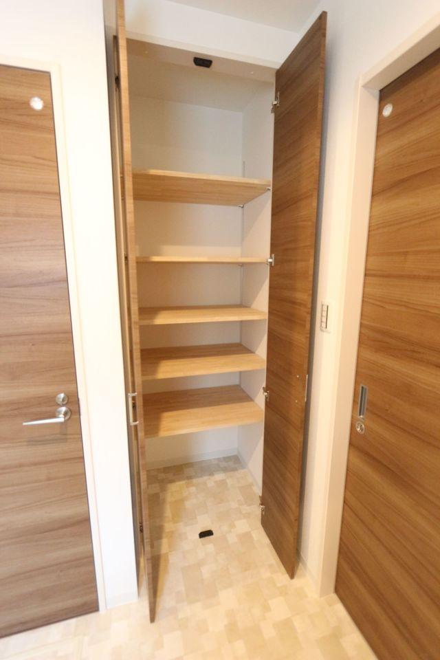 洗面室にも大容量の棚がございます。