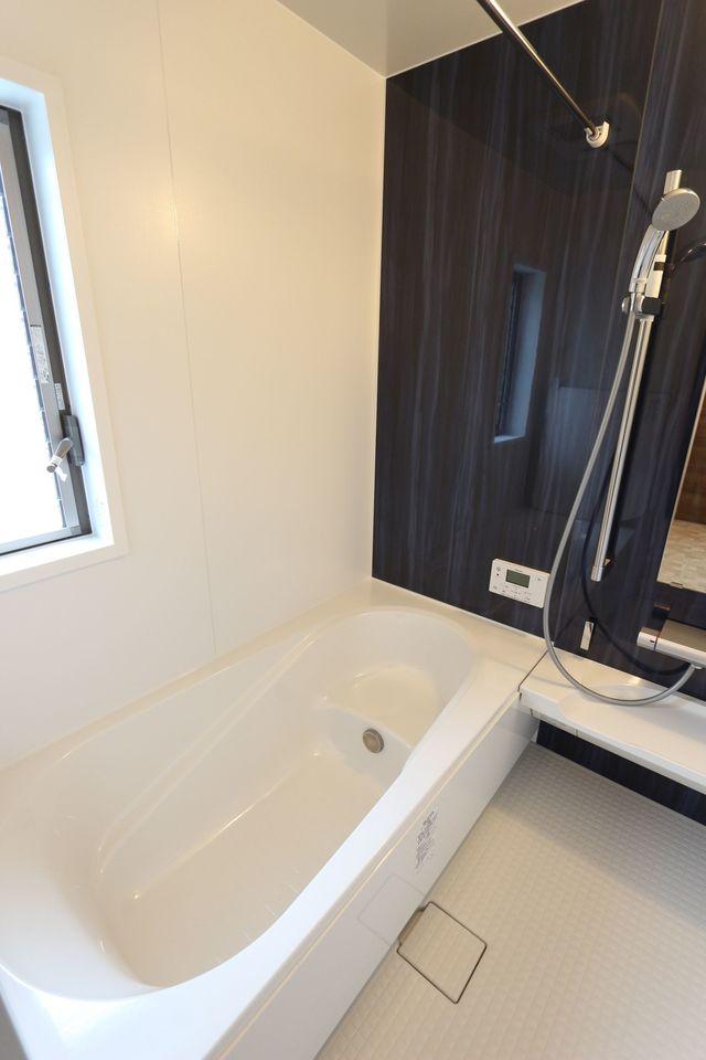 1坪サイズの浴室は足を伸ばして おくつろぎ頂けます。