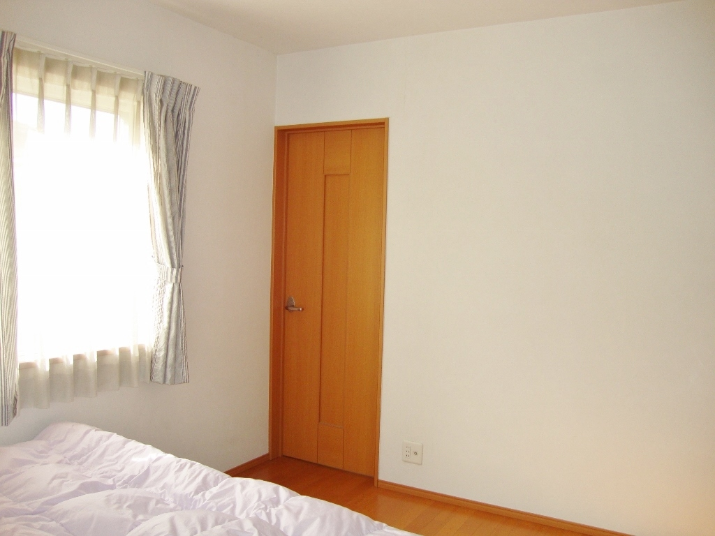 2F南東側洋室。 吹抜け横の通路につながる扉あり。