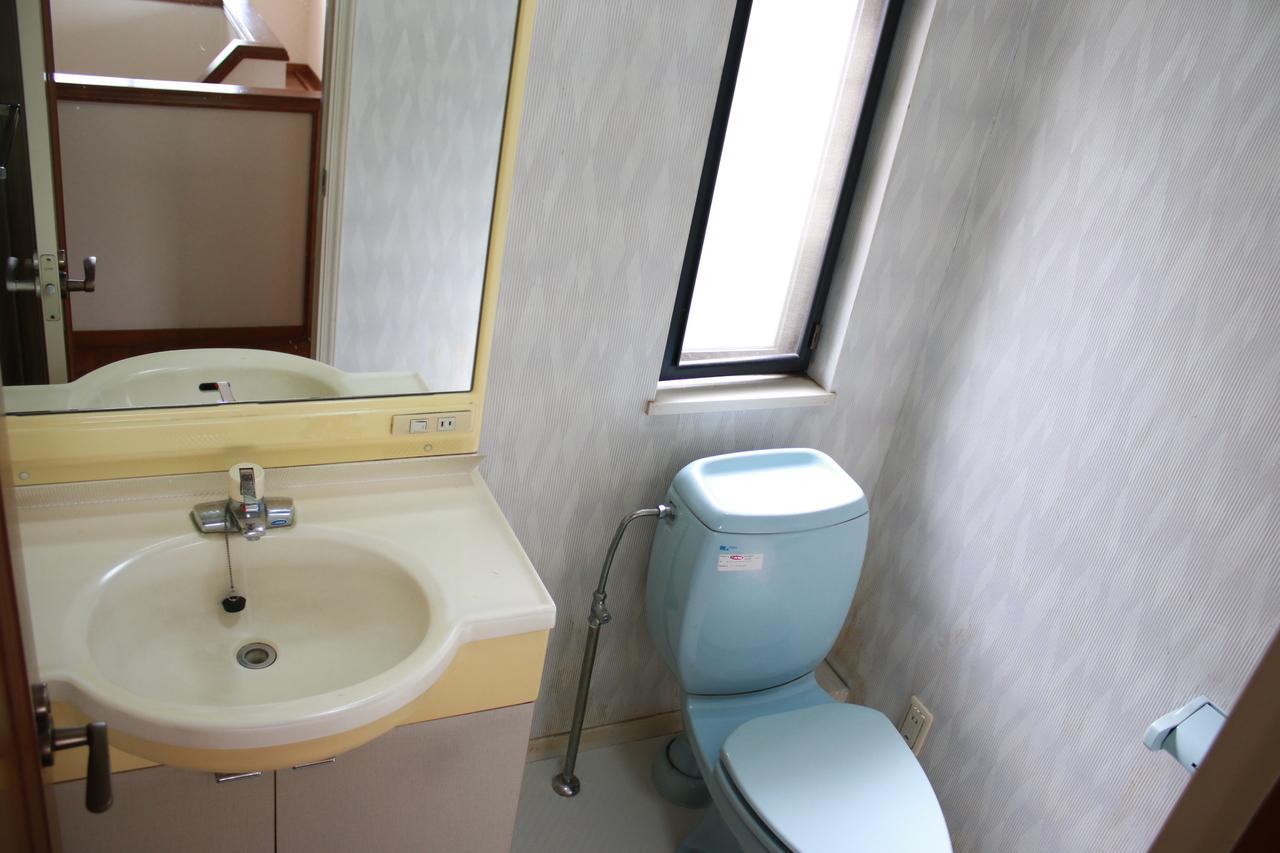 2階にある洗面台、トイレ