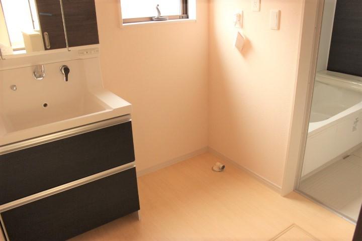 洗濯機を置いても十分なゆとりのある洗面所 朝の身支度はこちらでどうぞ