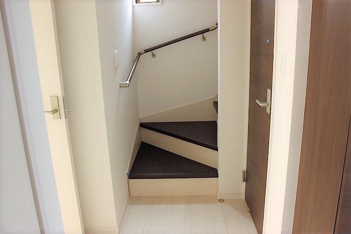 階段には手すりが付いているので 上り下りも楽ちんです