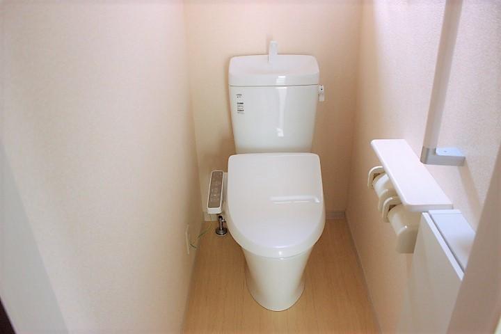 白を基調とした清潔感のあるトイレです 窓も付いていますよ