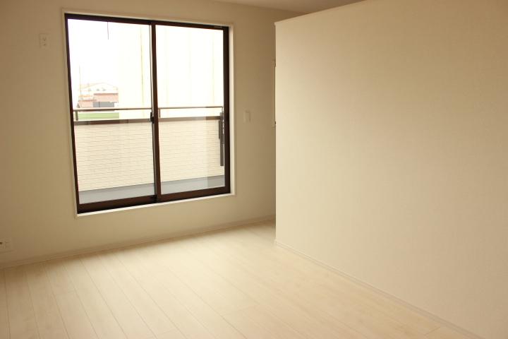 広めのウィークインクローゼット付きの洋室 お部屋がすっきりしますね