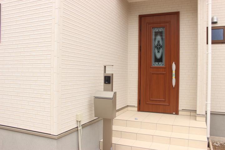 エントランス部分になります 木目のドアがオシャレです
