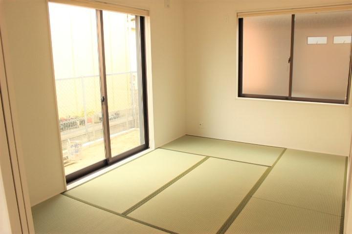 2面採光の明るい和室です リビングの横にあるので使い勝手が良さそうですね