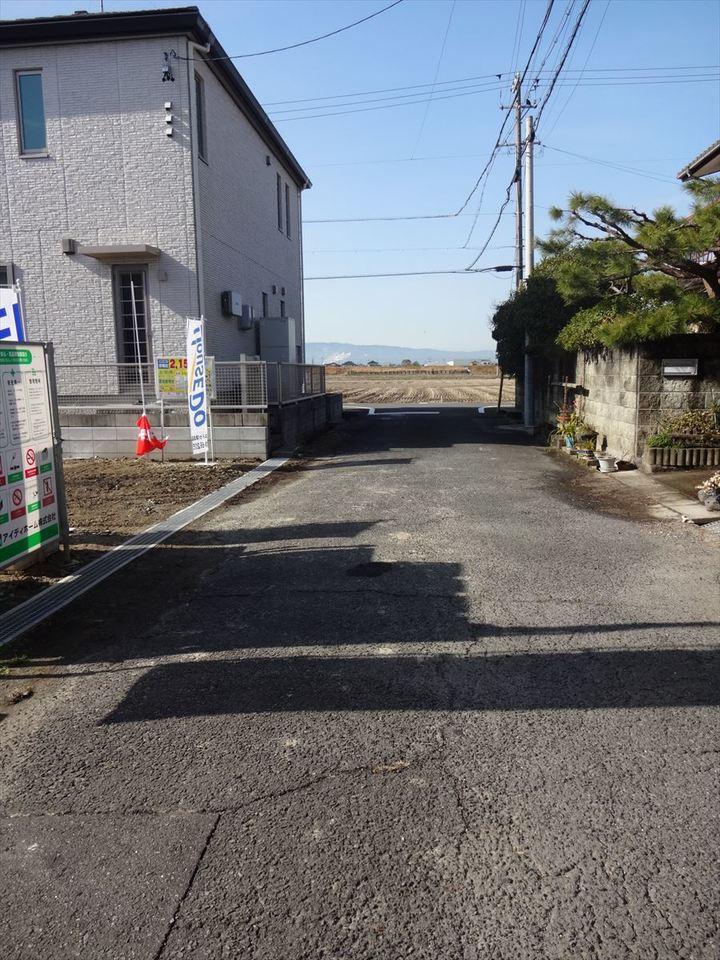 前面道路約6m。 駐車もしやすい立地です。