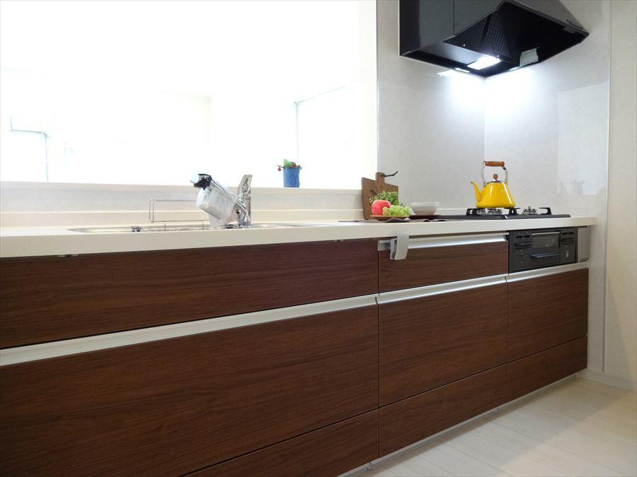 おしゃれな木目調のキッチンで過ごす時間は気分が上がります♪ 作業スペースもあるのでお子様とお料理も楽しめます。