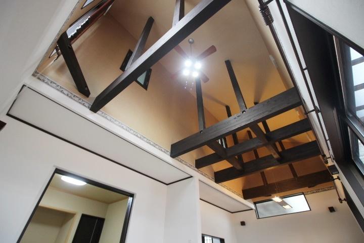 リビングの天井は、見せ梁でより開放的な空間に♪