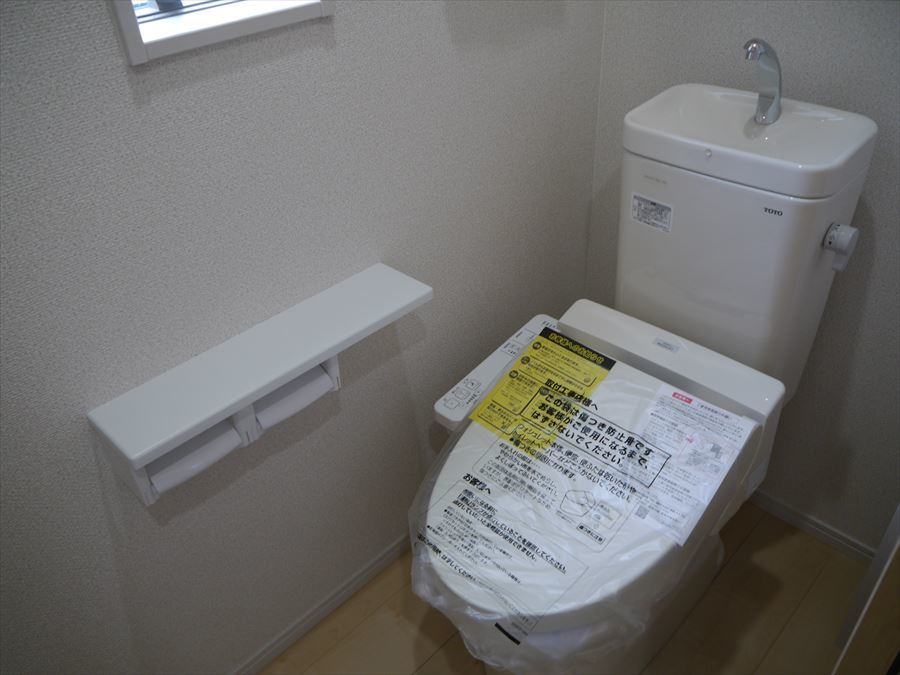 上部に棚の付いたトイレで、トイレットペーパーなど置いておけますので便利です!小窓も付いて、換気もできます♪
