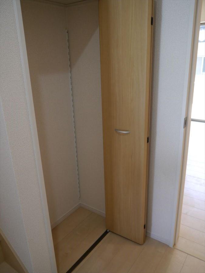 居室とは別に収納があるので、掃除機などの保管場所にとても便利です♪