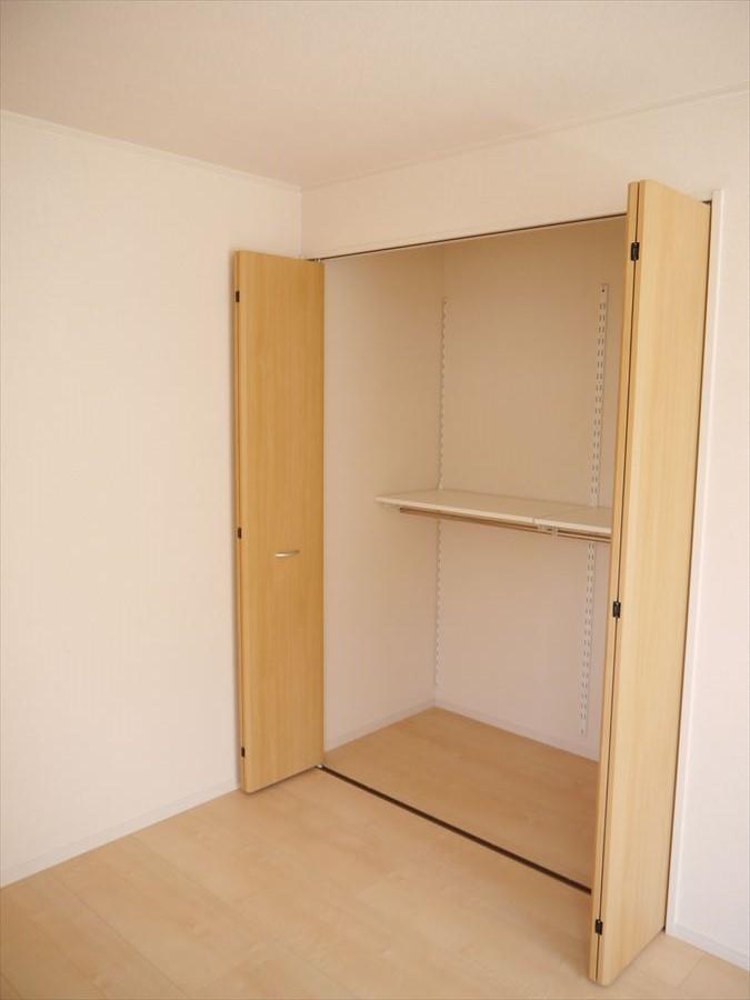 大型の収納が完備されていますので、大切な衣類の保管に困りません!!