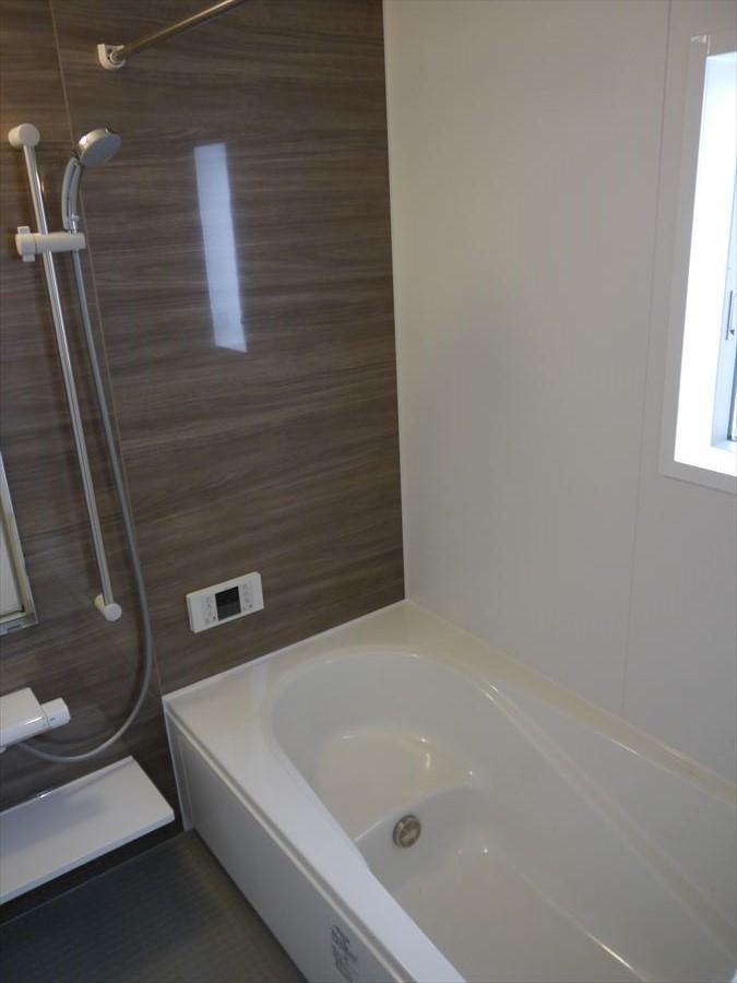 浴室には小窓が付いていますので、換気ができ、清潔感を保つことができます。1日の疲れを癒す空間はいつでも綺麗にしていたいですよね(^^)