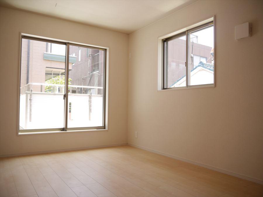 8帖の洋室は2面採光で明るく、バルコニーへ出る事ができます!外へ出て爽やかな空気を吸いませんか?