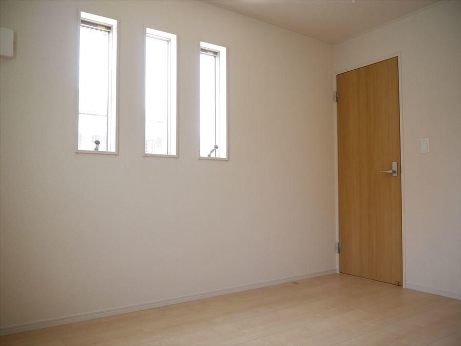 6帖の洋室には小窓が3つ付いています。大きな窓一つより、とてもオシャレで可愛い雰囲気になりますね♪