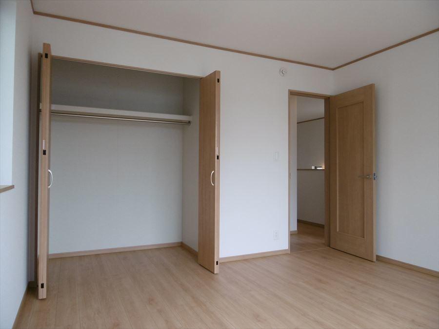 8帖洋室はバルコニーへ出る事ができます。大きな窓からたっぷりの陽が入ります(^^)