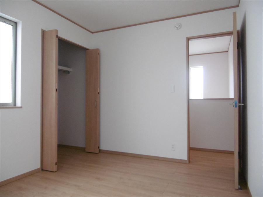 北側の居室は暗いと思いがちですが、2面の大きめ窓から光が入り、爽やかな室内になっています!収納もしっかり完備されていますので、大切な衣類の保管にも困りません。