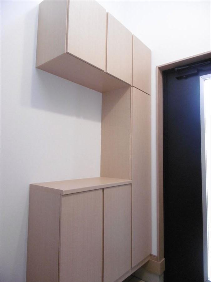 大きめの玄関収納は、ご家族分の靴をしっかり収納できます。いつでも玄関はスッキリ空間に・・。