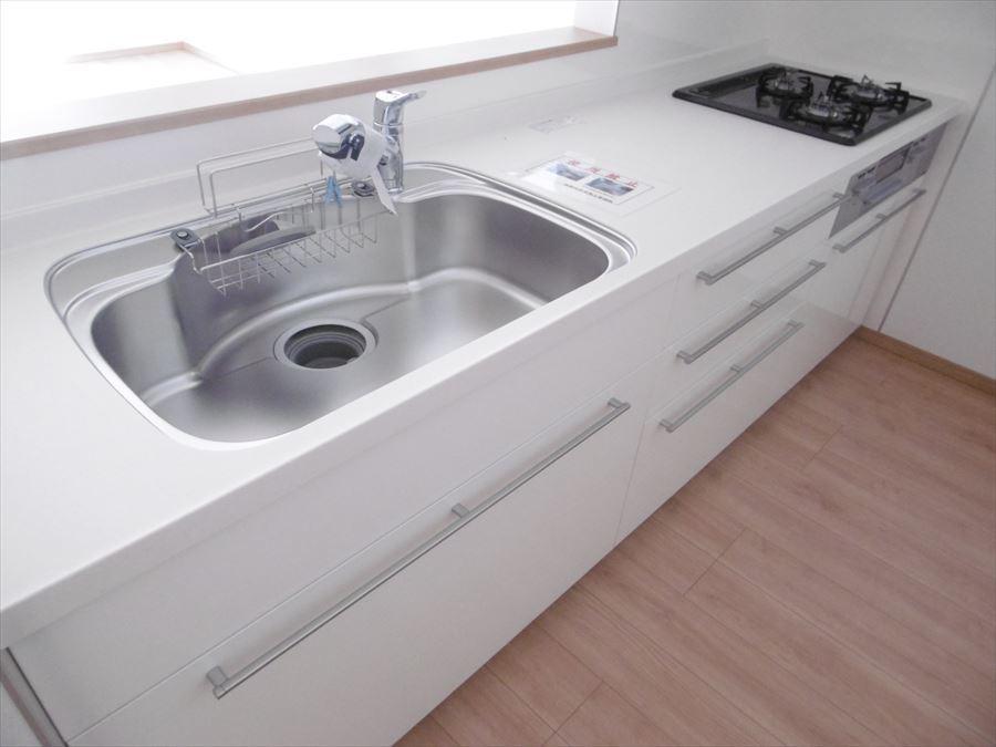 人気の対面・カウンターキッチンで、出来上がったお料理をすぐに食卓へ・・(^^)洗面所がすぐ後ろにありますので、お料理の合間に洗濯機も回せます♪
