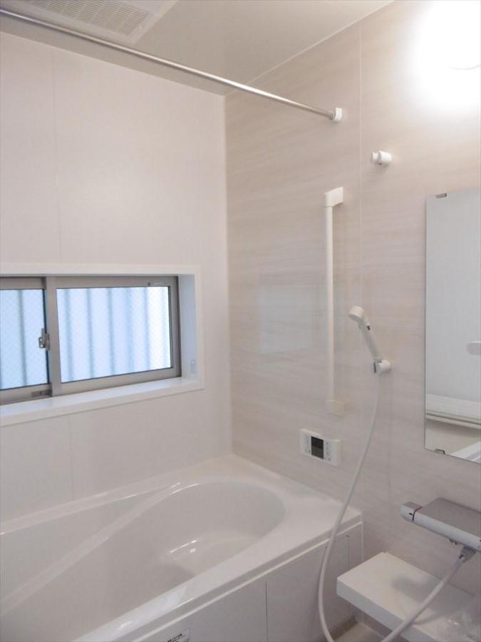浴室には窓がついており、換気ができるので、清潔感を保つことができます。毎日の疲れを癒す空間にしてください◎