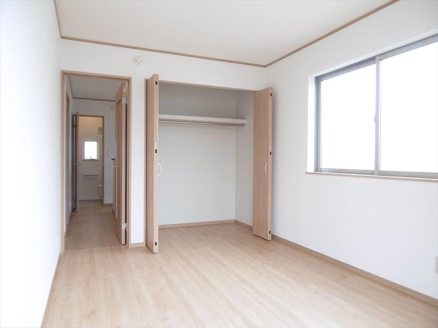 南側6帖の洋室には収納がしっかり完備♪バルコニーへ出る事ができるので、外へ出て爽やかな風を感じませんか?