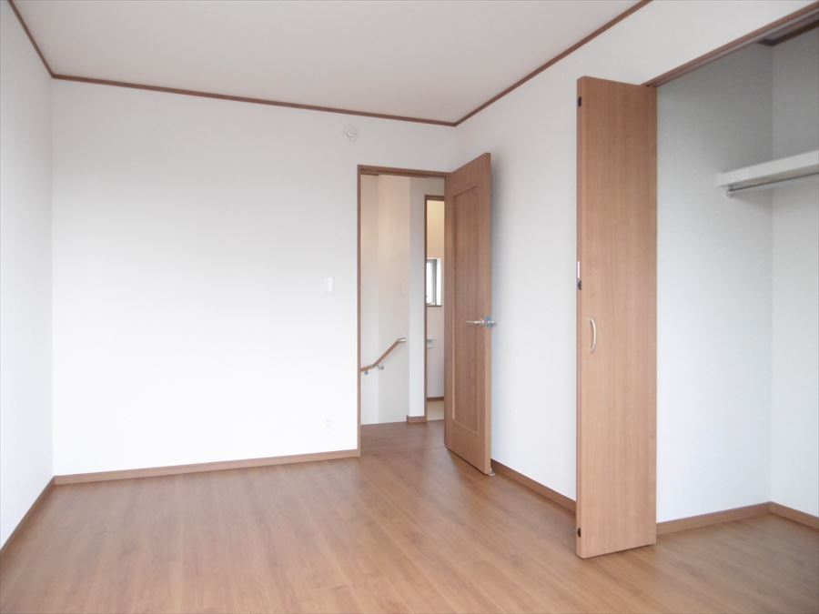 中央6帖の洋室は収納が完備。バルコニーへ出る事もできますので、外へ出て爽やかな風を感じるのもいいですね(^^)