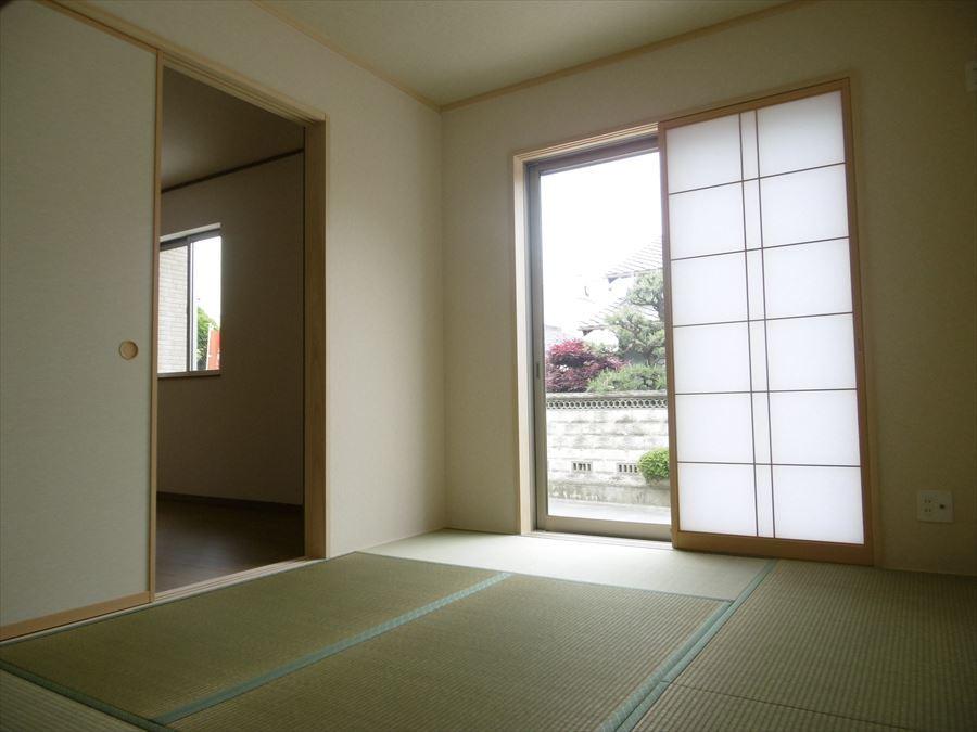 1階リビングに隣接した和室です。客間としても家族のくつろぎの部屋としても、使い方いろいろです!フローリングの良さとはまた違う良さが畳にはありますね◎
