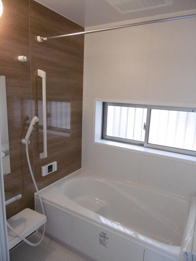 浴室には小窓が付いていますので換気ができ、清潔感を保つことができます♪