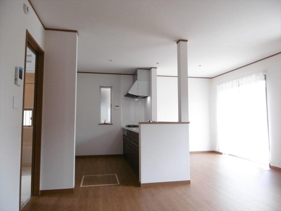 約16.62帖のリビングは食事の空間とくつろぎ空間を、家具の配置によってわけやすい設計になっています(^^)家具選びを考えるだけでワクワクしますね♪