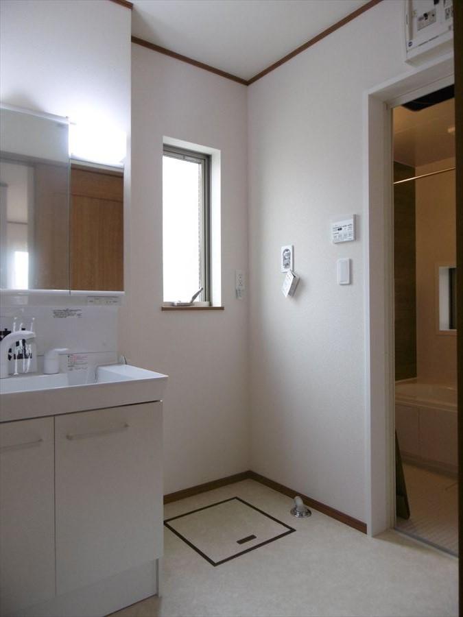 洗面台には収納もしっかりついていますので、洗剤やシャンプーなどのストックもできます。大きな鏡で朝の身支度も楽々♪