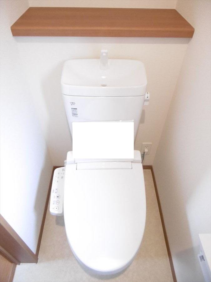 トイレには小窓と棚が付いています!優しい光が注ぎます。