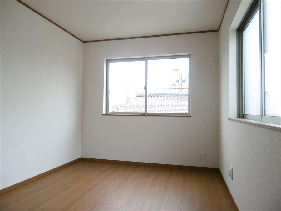 西側6帖の洋室は2面採光で光が注ぎます。