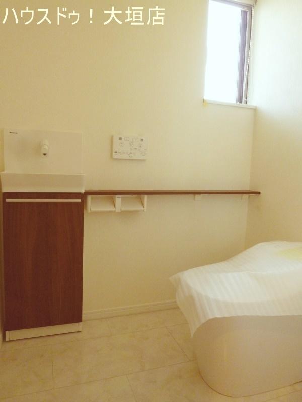 便利な手洗い付き。トイレは1階、2階にございます。