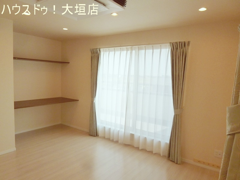 壁の棚は見せる収納やディスプレイスペースに。