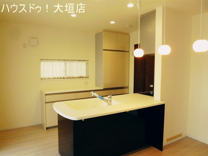 対面式システムキッチンで、リビングにいるご家族を見守ることができます。